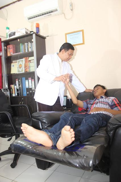Terapist HypnoFamily saat melakukan Terapy Hipnosis